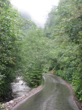 Гладенький асфальт і бурхлива ріка – дві субстанції в одній долині
