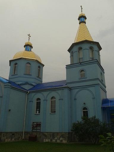 Нещодавно збудована церква у Погребах