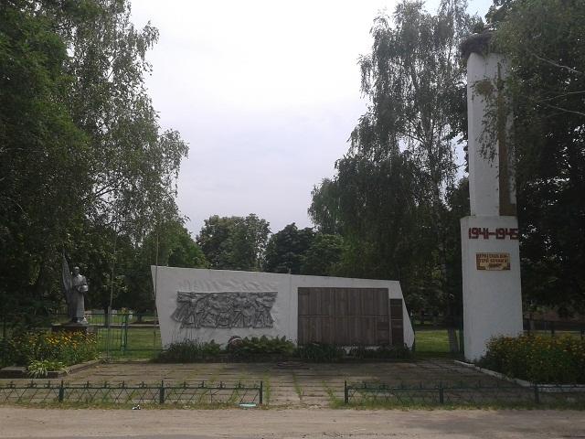 Монумент з живими лелеками в Пухівці