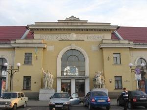 На вокзалі Мукачевого гостей зустрічають робітники та селяни з СРСР
