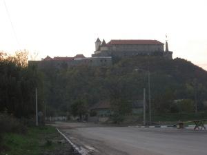 Вечірній замок Паланок з боку міста