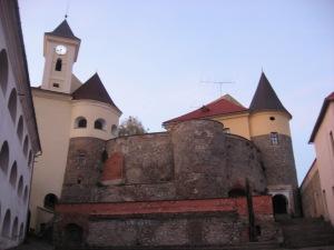 Тіснява всередині замку