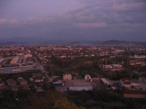 Погляд з Паланок на вечірнє Мукачеве і Карпати за ним