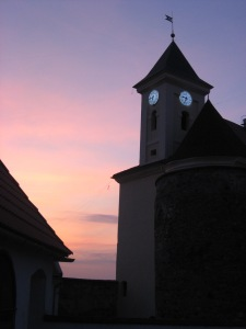 Баштовий годинник видно навіть у сутінках