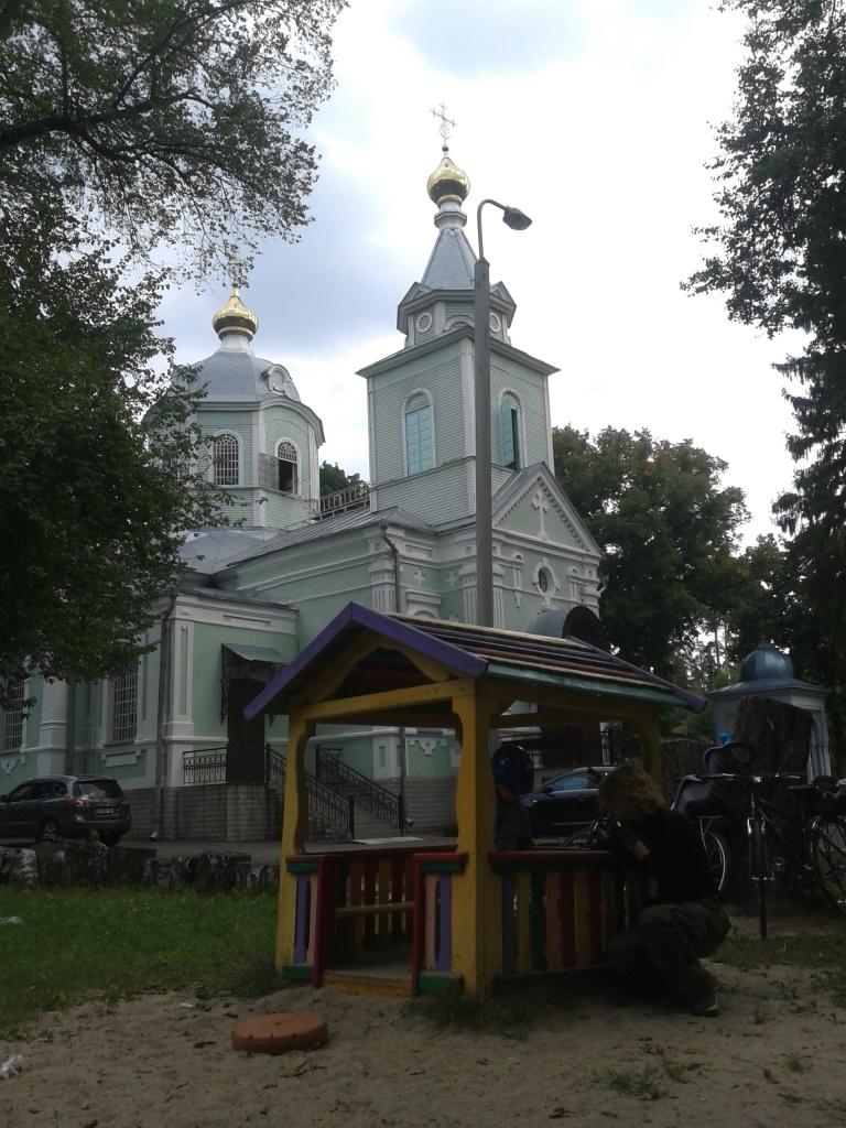 Храм у Пущі-Водиці. Нестор знайшов майданчик з іграшками навіть тут