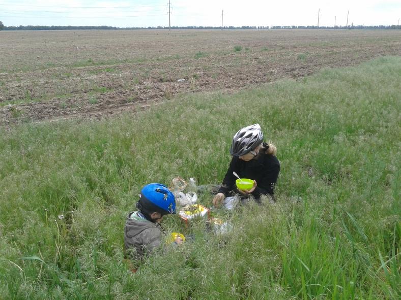 Інколи між польових трав можна знайти велосипедистів на обіді