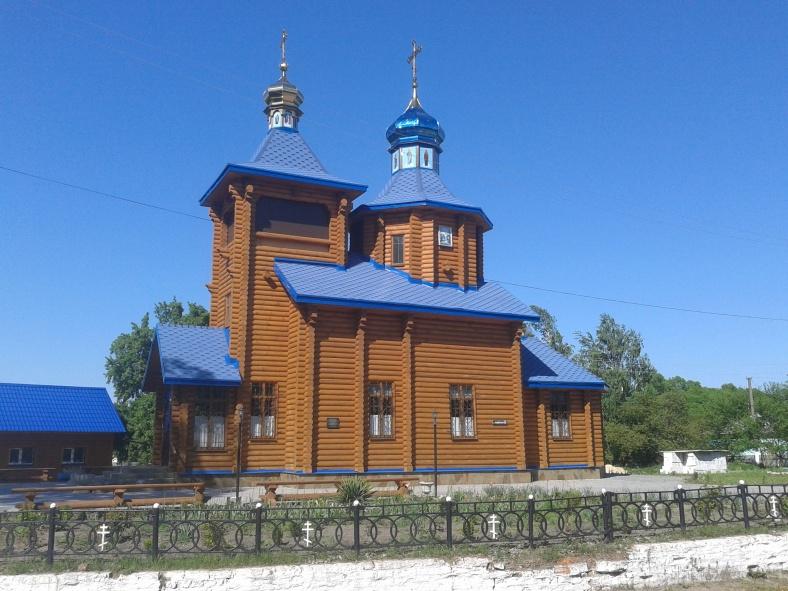 Церковні дахи змагаються з небом у синяві
