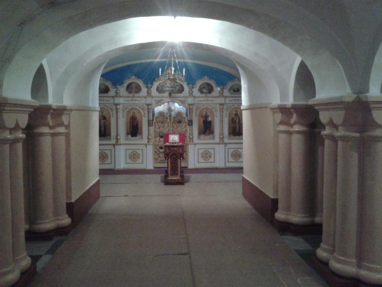 Нижня зала для богослужінь у церкві трьох святих Анастасій