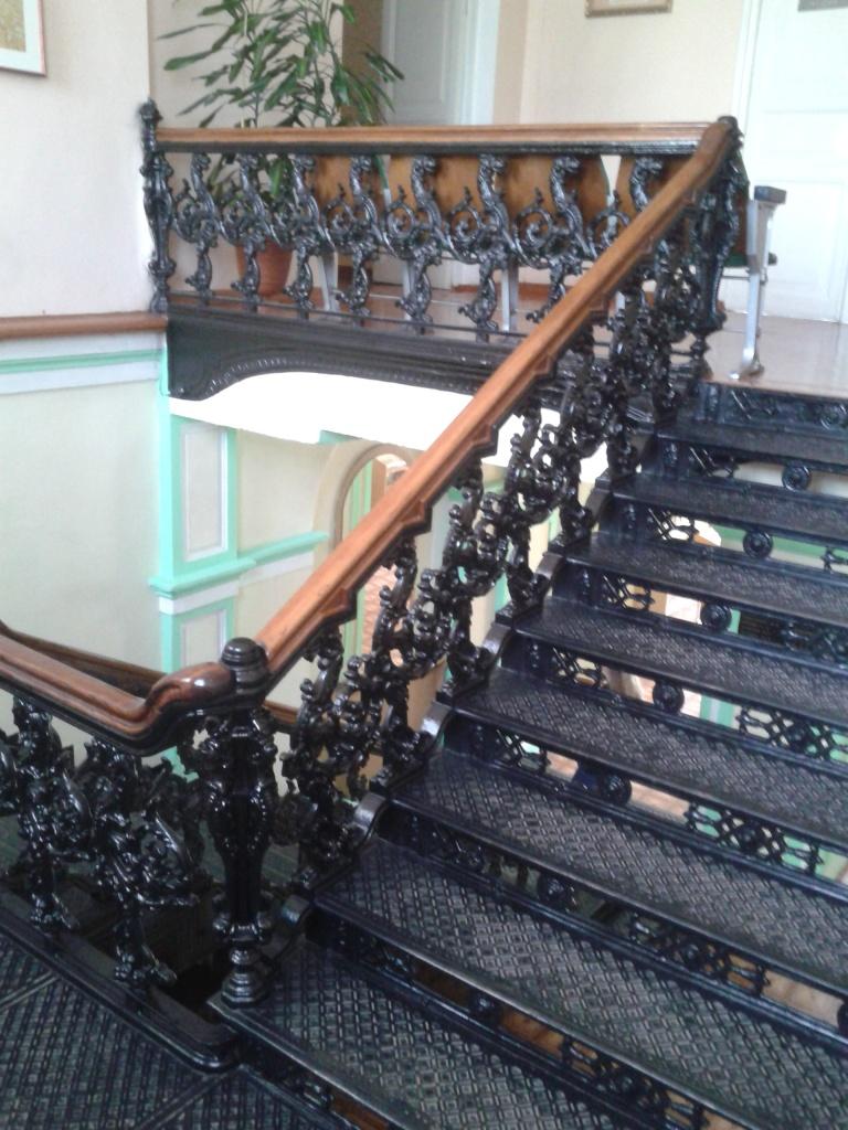 Ковані сходи всередині приміщення дослідної станції луб'яних культур, в холі якої розміщено експозицію продукції з конопель