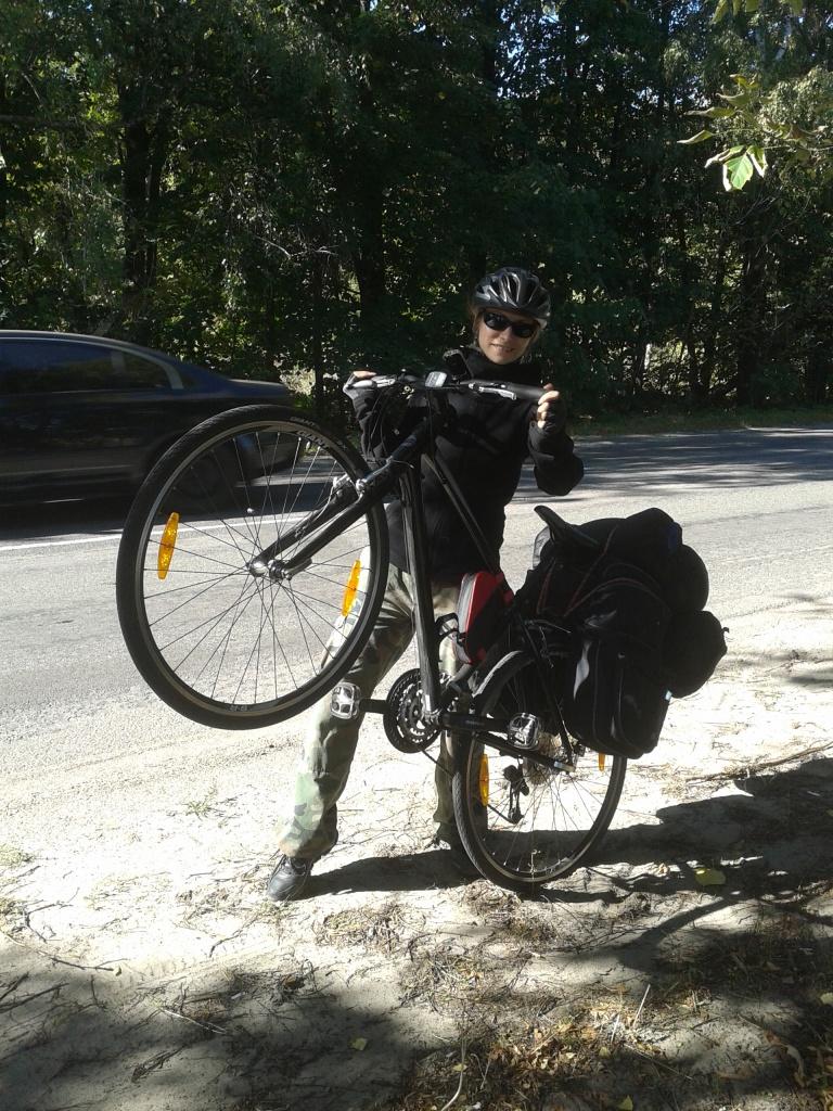 Хто кого? – навантажений велосипед так і поривається стати на дибки