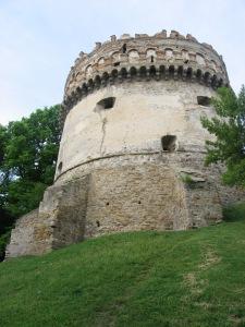 Кругла вежа (XVI-XVII ст.) – розпочата одним Василем, а завершена іншим