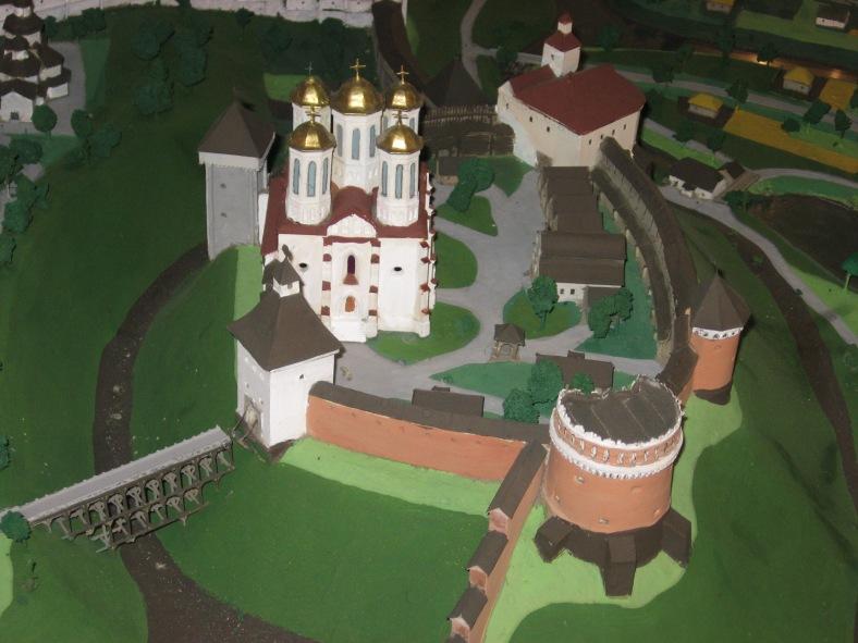 Острозький замок за часів свого розквіту(початок ХVII ст.). Попереду – Кругла Вежа, позаду – Мурована, ліворуч від подвір'я – Богоявленський собор