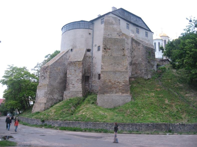 Донжон – перша мурована вежа Острозького замку (50-ті роки XIV ст.)
