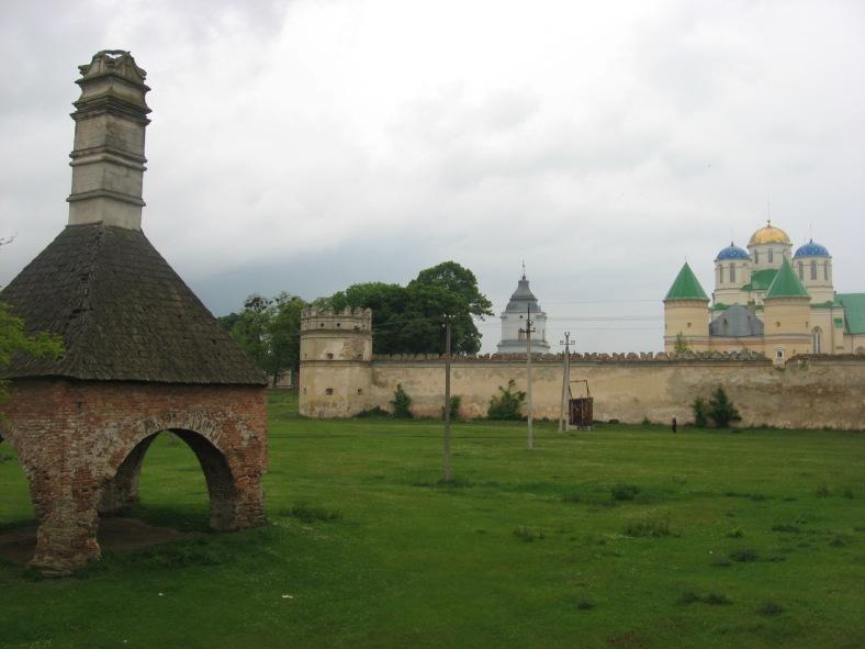 Єдиний вцілілий артефакт палацу Острозьких – піч, та майже не ображений історією монастир