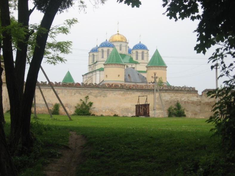 Свято-Троїцька церква під надійним захистом оборонних стін