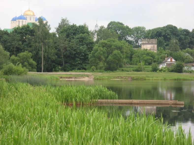Монастирська церква (ліворуч) і досі повністю оточена високими стінами та вежами (одна з них – праворуч)