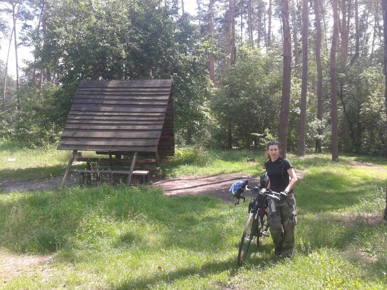 Десь неподалік від Києва у лісі між гір причаїлося справжнє дике озеро!