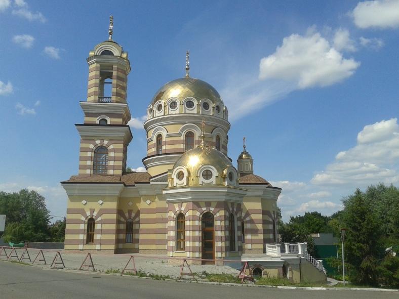 Поміж котеджів на Старокиївській зустрічаються і доволі значні культові споруди