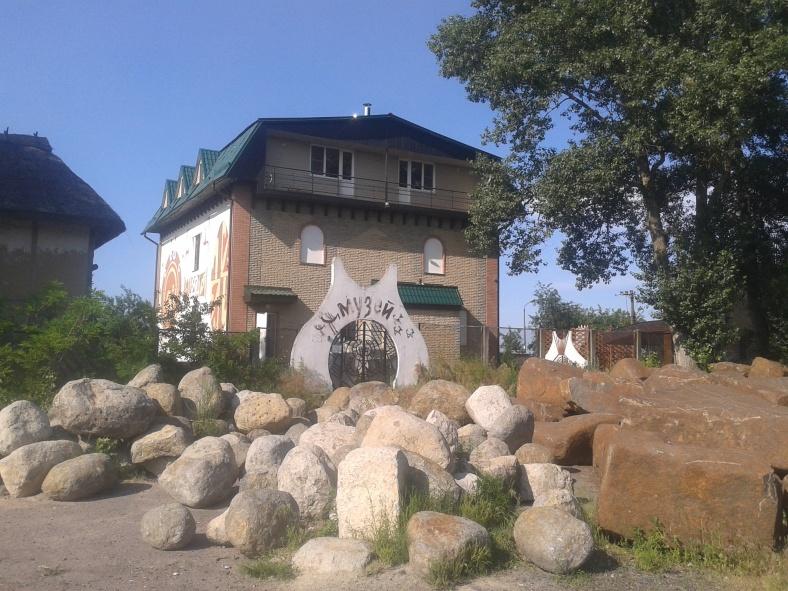 Вхід до колишнього музею хтось надійно притрусив «камінцями»
