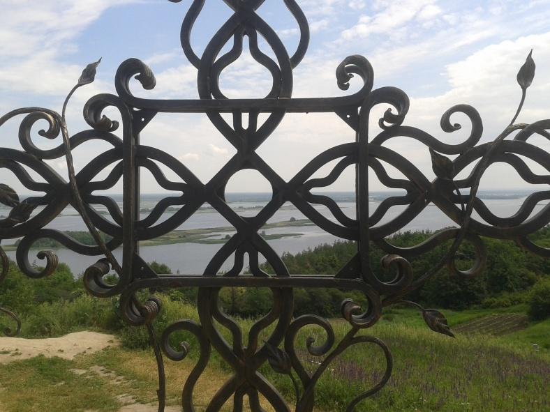 Тернопільський хрест перетворює пейзаж на унікальний вітраж