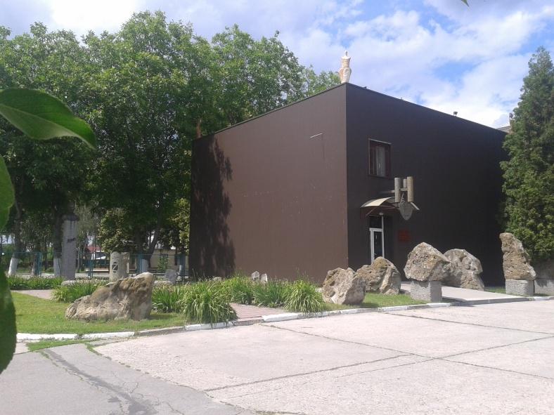 Коли дивишся на споруду музею трипільської культури, не одразу помічаєш пам'ятник її відкривачу, що сховався від пекучого сонечка ліворуч