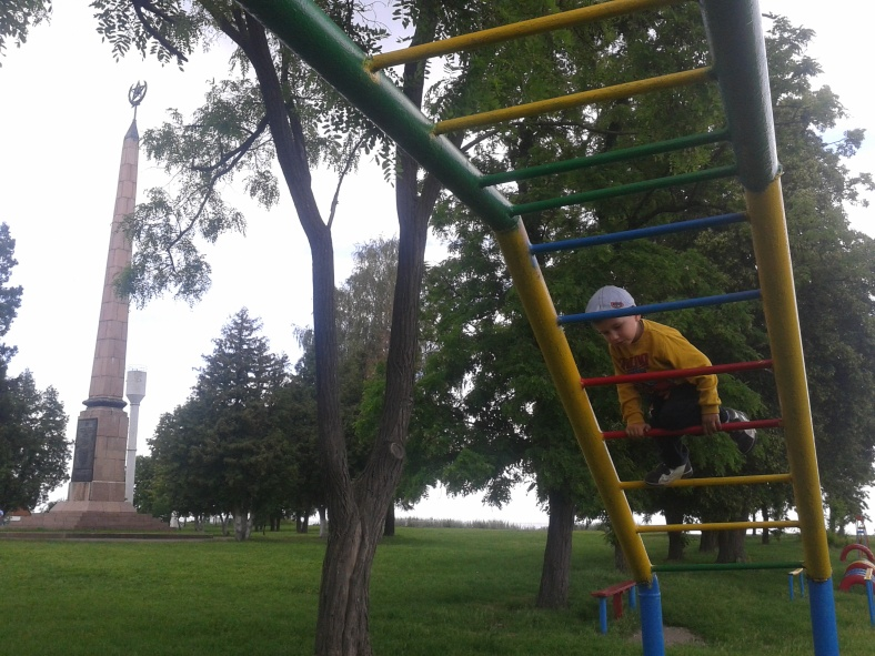Пам'ятник комсомольцям Нестор оминув увагою, зате рукохід пройшов увесь