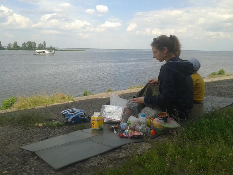 Скромний обід на березі моря. Канівського