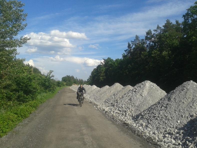 Поки трасу ремонтують, велосипедисти захищені від автомобілів надійним бар'єром