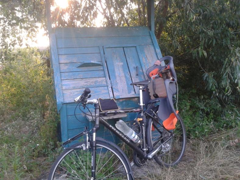 Велосипед з дитячим кріслом ідеально підходить для перевезення відра води